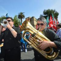 Sciopero della scuola a Bari, i professori diventano musicisti