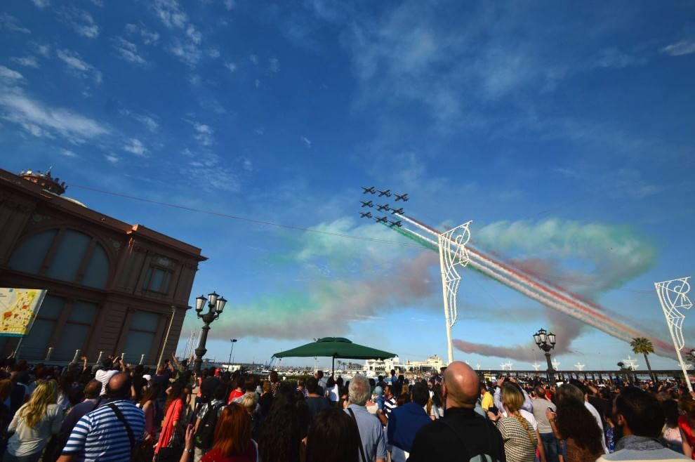Bari, lo show delle Frecce tricolori per San Nicola