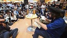 Capossela scrittore i fan invadono la libreria