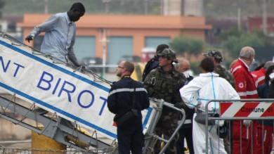 Foto   Sbarcano a Taranto 297 migranti Ad accoglierli l'ambasciatrice di Francia