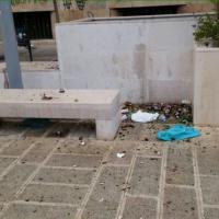 Bari, piazza Cesare Battisti invasa dai rifiuti