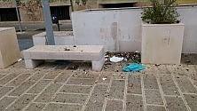 Ba ri, piazza Battisti  tra bottiglie e rifiuti