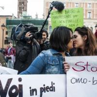Lecce, due ragazze si baciano al parco e la polizia le fa allontanare: