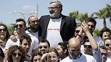 Emiliano come Salvini il flashmob è in t-shirt