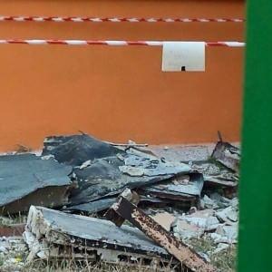 Paura a Taranto, crolla pensilina della scuola materna poco dopo la chiusura dei seggi