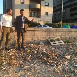 Bari,  spiaggia di San Girolamo tappezzata di rifiuti: Decaro striglia i vertici dell'Amiu