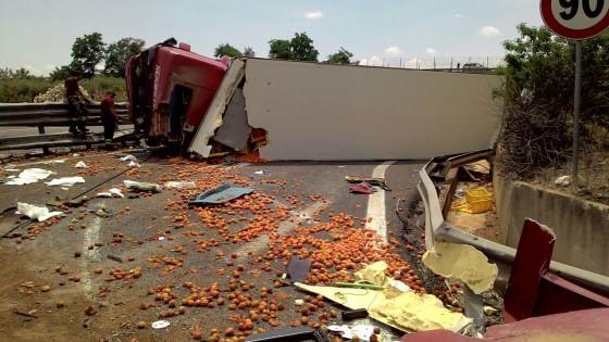 Bari, un autoarticolato carico di frutta si ribalta sulla 100: traffico bloccato, ferito l'autista