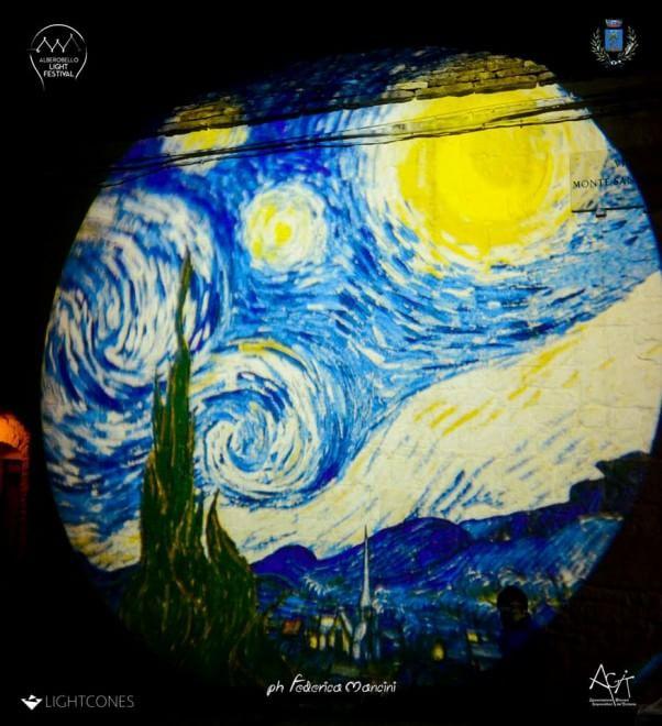 Alberobello, le luci colorano i trulli in stile van Gogh