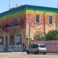 Street art, il grande murales di Blu colora Lecce