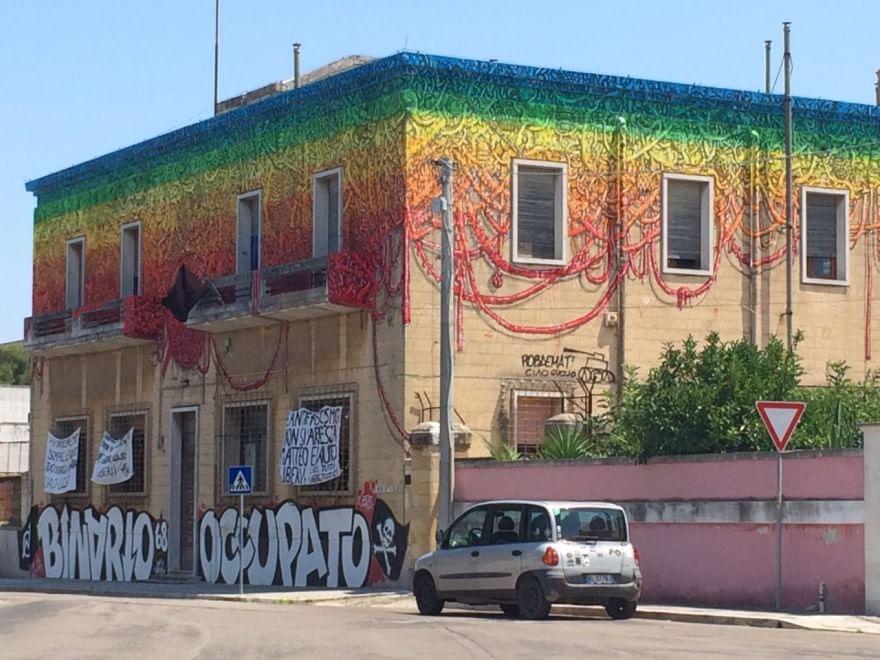 Street art il grande murales di blu colora lecce 1 di 1 bari repubblic - Sculptures metalliques murales ...