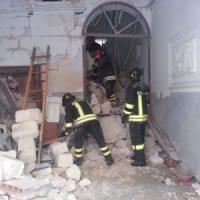 Taranto, crollo in pieno centro per una fuga di gas. Morto un 59enne, sei feriti: due...