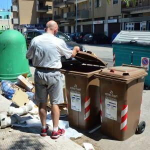 """Bari, tubi di amianto abbandonati tra i rifiuti vicino alla Fibronit: """"Nessuno interviene"""""""