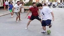 Bari calcio, il flashmob col clown in via Sparano