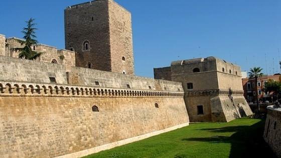 Bari solarium e giostre nel fossato del castello for Grandi arredi bari