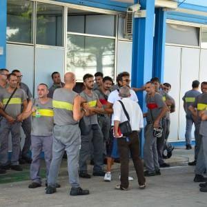 Bari, la Bridgestone dimezza gli stipendi degli operai: rissa sfiorata in assemblea