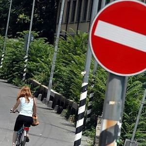 Lecce, 482 euro di multa a un ciclista: pedalava contromano mentre parlava al cellulare