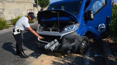 Foto  Bari, il guard rail sfonda il motore  grave il conducente di un portavalori