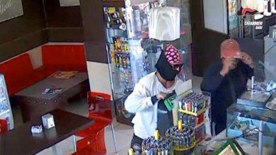 Molfetta, assalto al bar tabaccheria: rapinatori inseguiti e arrestati     Video
