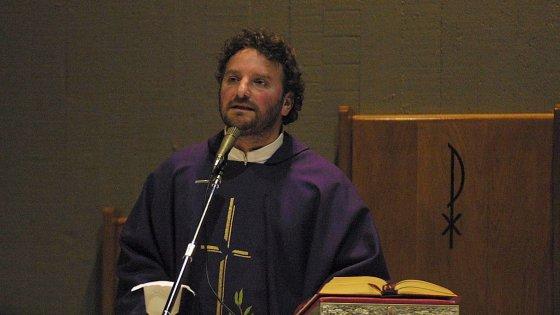 """""""Io, prete di frontiera a Bari, accolgo i migranti in chiesa dal 2002: il vescovo disse che sbagliavo"""""""