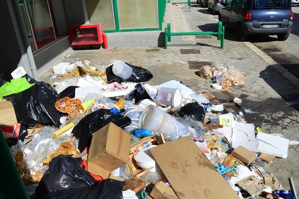 Bari, montagne di rifiuti tra i viali della Fiera del Levante