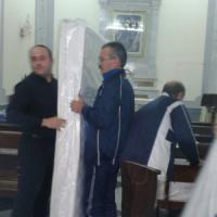 Taranto, operai senza stipendio occupano la chiesa: il parroco compra i materassi per...