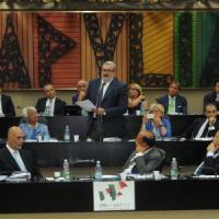 Regione Puglia, approvata la legge sui portaborse: i consiglieri possono assumere anche i...