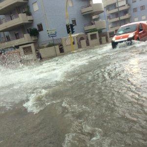 Maltempo, Taranto in ginocchio: città allagata, reparti evacuati all'Ilva e operai intossicati