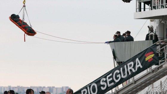 Immigrazione, a Taranto barcano le salme di otto profughi morti sul gommone durante la fuga