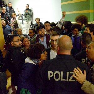 Bari, il guru dell'omofobia in parrocchia: scatta la contestazione e arriva la polizia