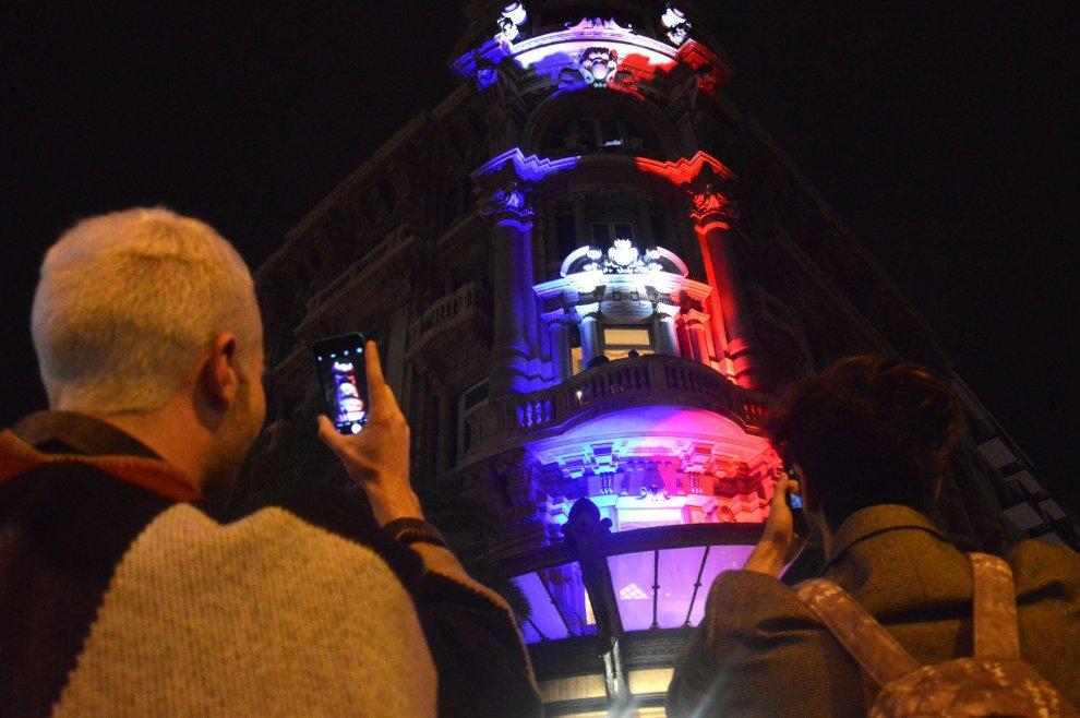 Strage di parigi bari si illumina con i colori della - Bandiere bianche a colori ...