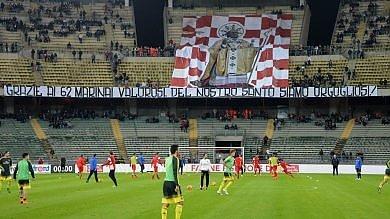 Foto  Bari, allo stadio spunta lo striscione con san Nicola