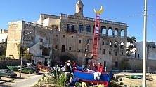 Una barca a Polignano   monumento ai pescatori