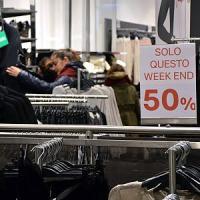 Bari, blitz dei vigili per il 'black friday' con sconti fino al 50%: 1.000 euro di multa...