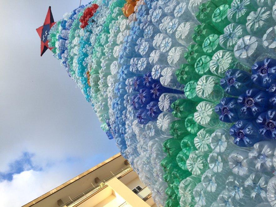 Albero Di Natale Con Bottiglie Di Plastica.Lecce L Eco Albero Di Natale 3 500 Bottiglie Riciclate 1 Di 1 Bari Repubblica It