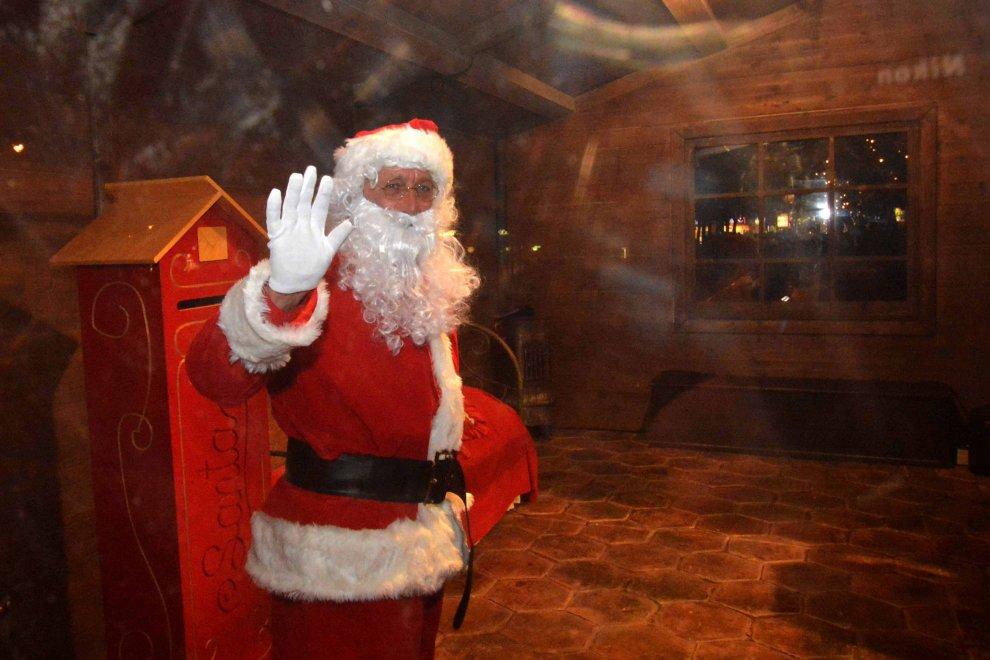 Babbo Natale In Casa.Bari Babbo Natale Prende Casa In Centro Sotto La Neve 1 Di 1