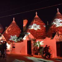 Natale ad Alberobello, i giochi di luce colorano i trulli