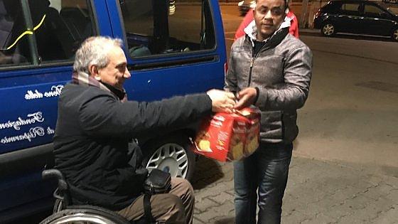 """Bari, il 'grazie' dei disabili agli immigrati nei self service: """"Senza di loro impossibile fare benzina"""""""