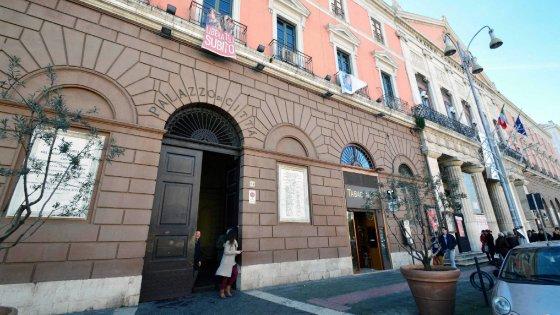 """Bari, il diktat del Comune ai suoi dipendenti: """"Niente critiche sui social e fughe per parcheggiare"""""""