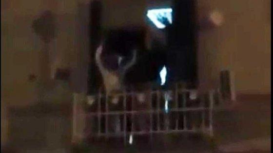 Taranto, lanciarono un divano dal balcone per Capodanno: il video su Facebook incastra 6 giovani