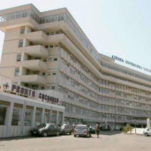 Lecce, donna di 39 anni muore dopo la broncoscopia: indagati cinque medici del Vito Fazzi