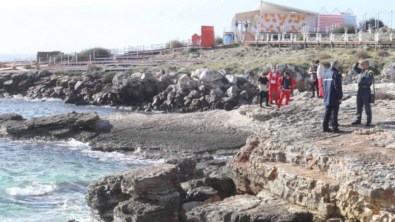 Salento, migranti gettati in mare davanti alla costa: una donna morta, si cercano dispersi