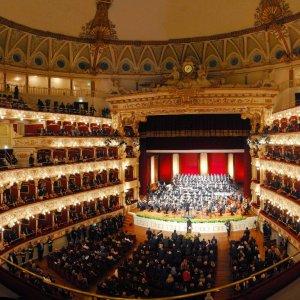 Bari, tangenti per gli appalti del teatro Petruzzelli: cinque ordini di arresto