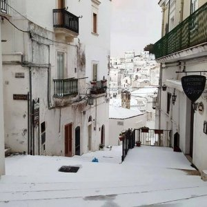 Puglia, emergenza neve. Scuole chiuse nel Barese, rallentamenti sulla statale 100