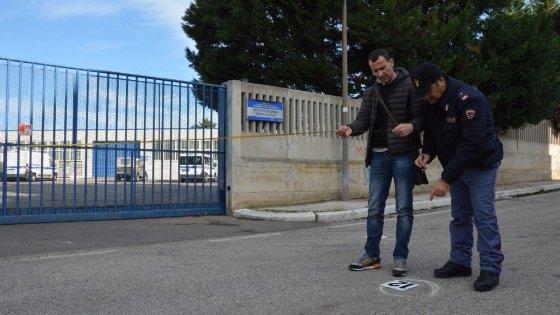 Bari, il quartiere San Paolo come Gomorra: i baby boss si esercitano in strada con un kalashnikov