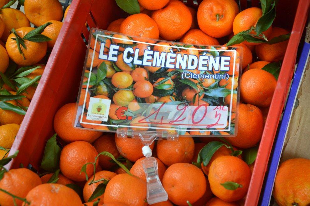 Bisceglie, il banco della frutta con i cartellini in dialetto