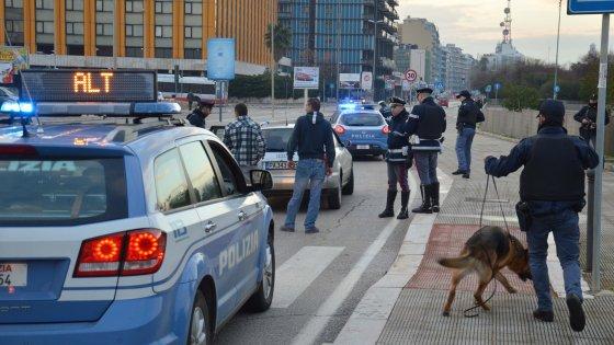Bari, maxi posto di blocco della polizia sul lungomare ...