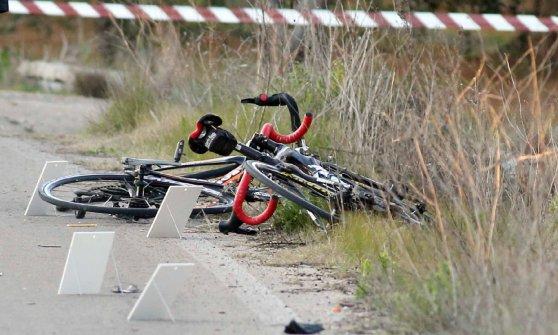 Lecce, piomba con l'auto sui ciclisti e fugge: uno è morto, un altro è grave. Forse una lite, un fermato
