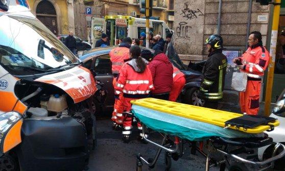 Bari, ambulanza contro auto in centro: muore la paziente di 41 anni, sette feriti