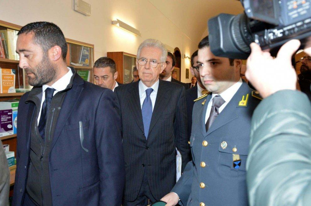 Trani, Mario Monti in tribunale per il processo rating
