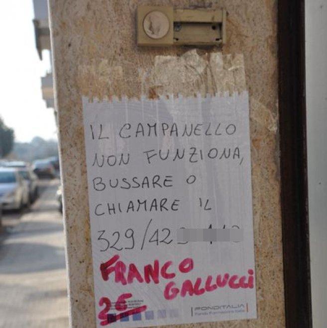 """Il cartello dell'evaso dai domiciliari: """"Sono sul telefonino"""""""